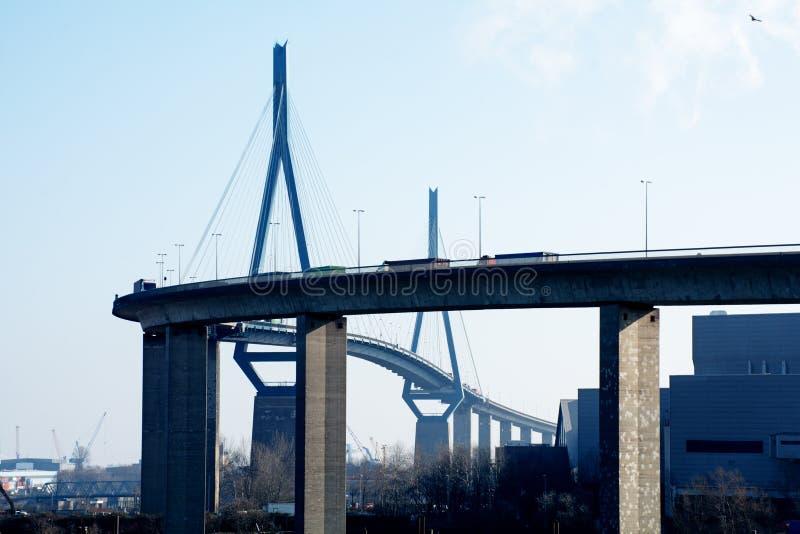 Puente de Koehlbrand sobre la señal de Elba del río en Hamburgo Germa fotos de archivo