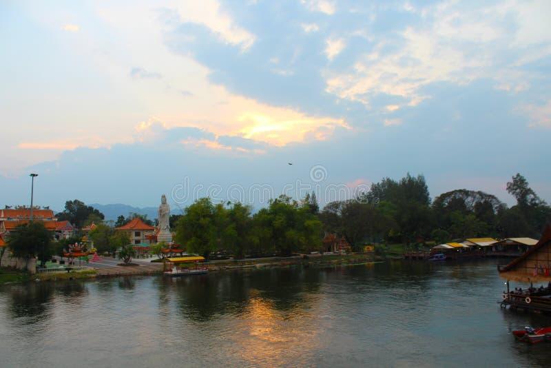 Puente de Kwai del río después de la precipitación fotografía de archivo