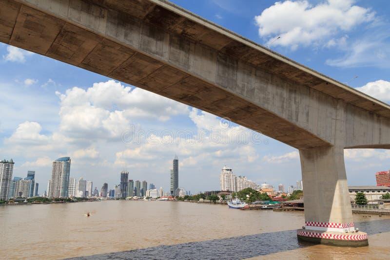 Puente de la autopista para el río cruzado en Bangkok fotografía de archivo
