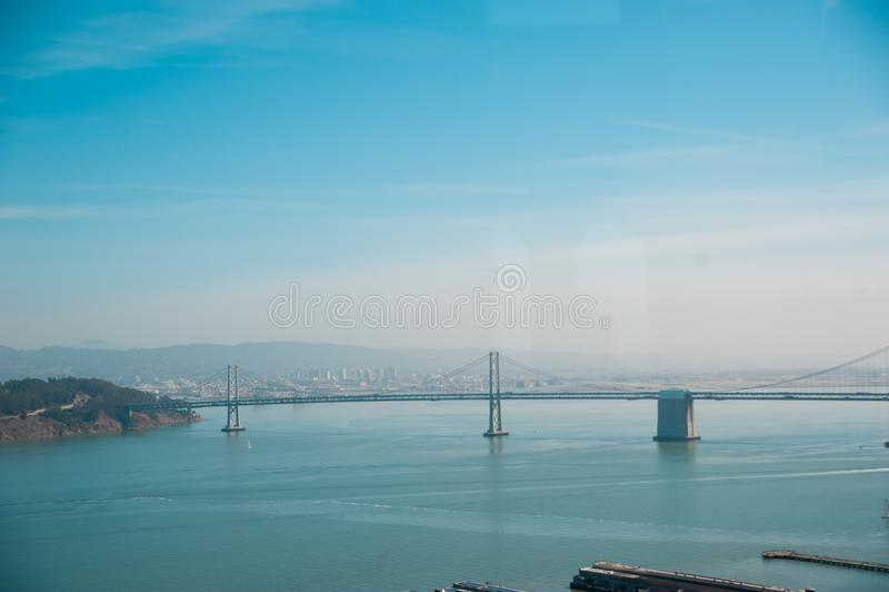 Puente de la bahía de San Francisco-Oakland en San Francisco, California San Francisco está situado en la parte meridional del oe fotografía de archivo libre de regalías