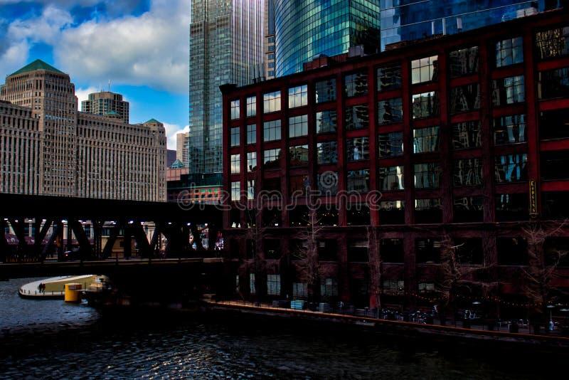 Puente de la calle del lago sobre el río Chicago y reflexiones del paisaje urbano vecino fotografía de archivo libre de regalías