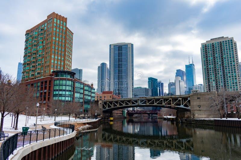 Puente de la calle de Ohio de Ward Park en el río Chicago del norte durante invierno fotografía de archivo