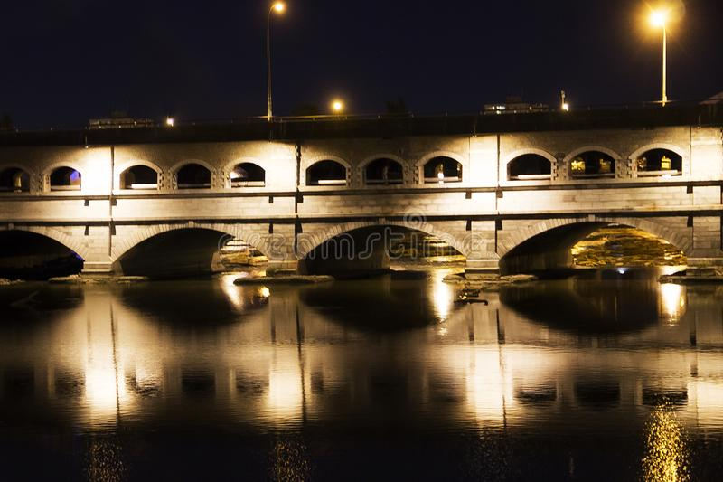 Puente de la calle principal en la noche Rochester Nueva York fotos de archivo