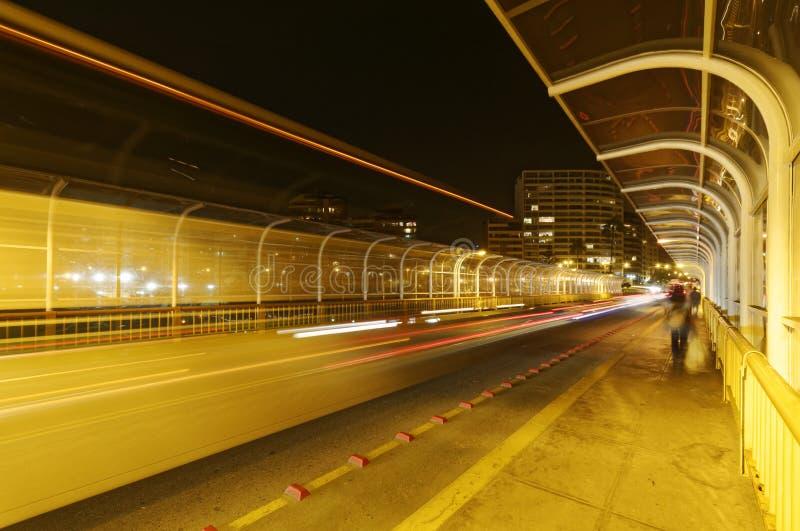 Puente de la carretera en la noche Borroso, caminante imagen de archivo