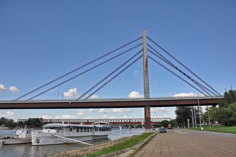 Puente de la ciudad con un paseo marítimo fotografía de archivo libre de regalías