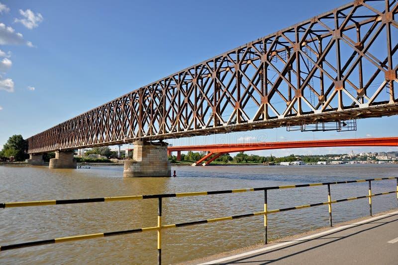 Puente de la ciudad con un paseo marítimo fotos de archivo libres de regalías