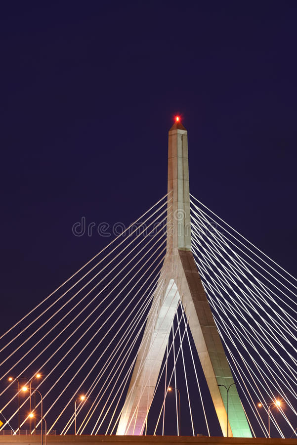 Puente de la colina de arcón de Leonard P. Zakim en la noche imágenes de archivo libres de regalías