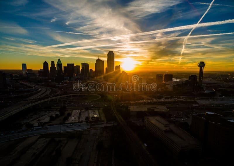 Puente de la colina de Dallas Texas Dramatic Sunrise Margaret Hunt de la salida del sol de la urbanización irregular y torre de l imagenes de archivo