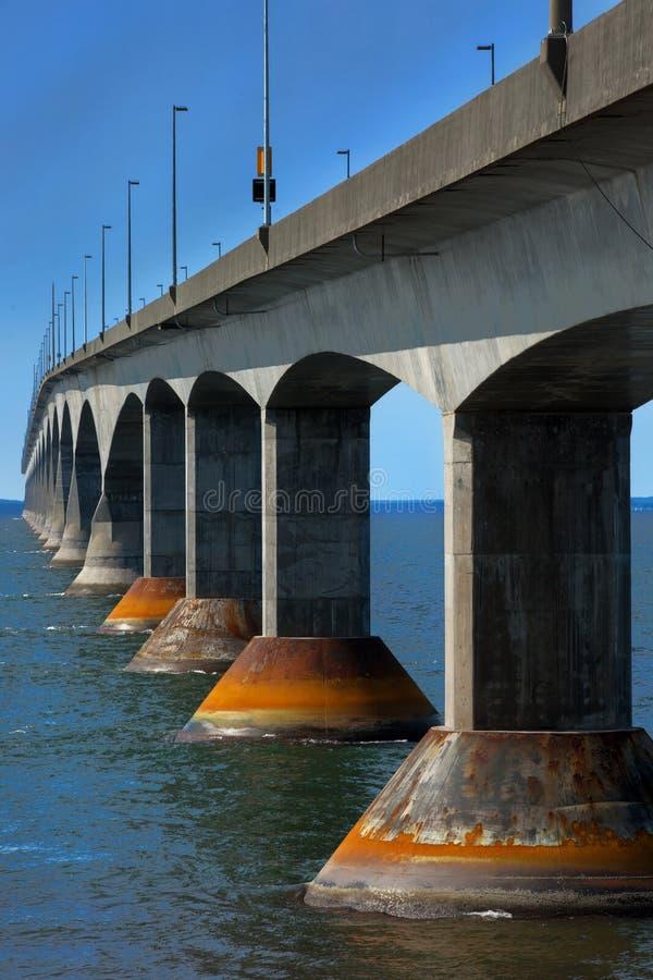 Puente de la confederación en la isla de príncipe Edward en Canadá foto de archivo libre de regalías