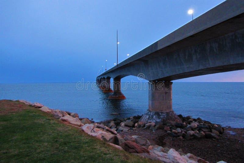 Puente de la confederación entre PEI y Nuevo Brunswick en el crepúsculo foto de archivo libre de regalías