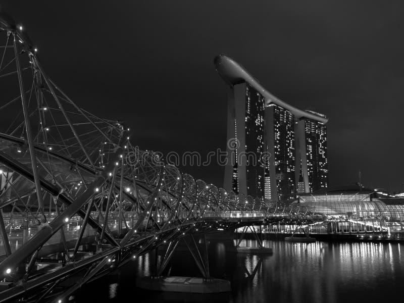 Puente de la hélice en la noche imagen de archivo libre de regalías