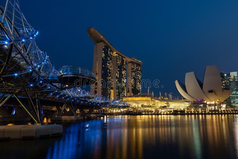 Puente de la hélice que lleva a Marina Bay Sands foto de archivo