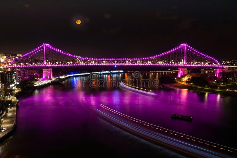 Puente de la historia en rosa debajo de la luna fotos de archivo