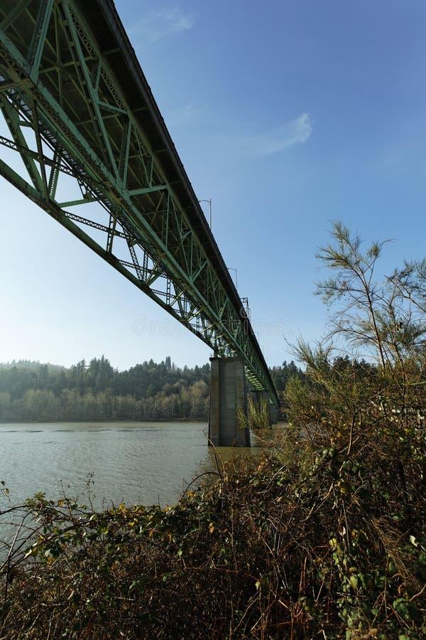 Puente de la infraestructura del camino sobre el canal del río fotografía de archivo libre de regalías