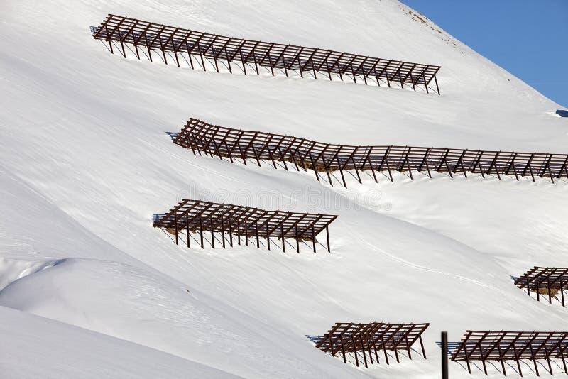 Puente de la nieve de la avalancha cerca de una estación de esquí en Skiwelt de Austria imagen de archivo libre de regalías