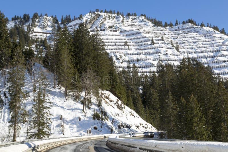 Puente de la nieve de la avalancha cerca de una estación de esquí en Skiwelt de Austria, al imagenes de archivo
