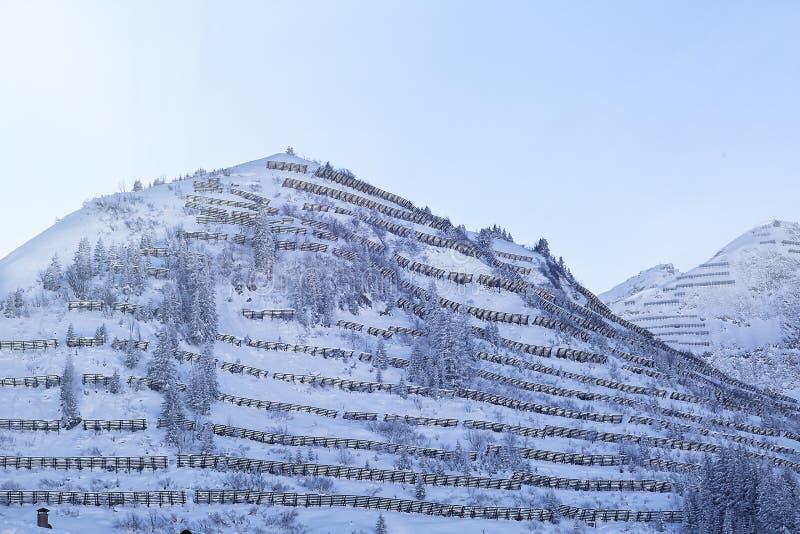 Puente de la nieve de la avalancha cerca de una estación de esquí en Skiwelt de Austria, su imagenes de archivo