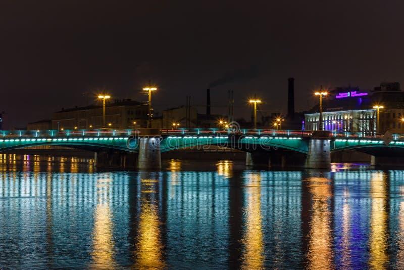 Puente de la noche con la iluminación hermosa en Neva River en St Petersburg imagenes de archivo