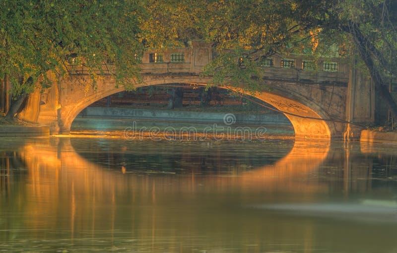 Puente de la noche en un parque imagen de archivo libre de regalías