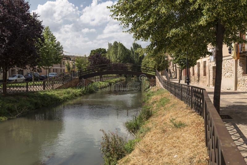 Puente de la pasarela del metal en el río Gallo en el ³ n, Guadalajara, España de Molina de Aragà fotografía de archivo libre de regalías