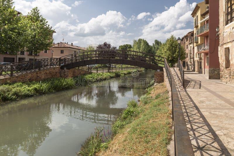 Puente de la pasarela del metal en el río Gallo en el ³ n, Guadalajara, España de Molina de Aragà fotos de archivo libres de regalías