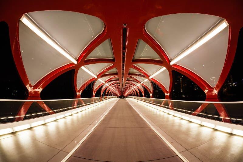 Puente de la paz de Calgary sobre el río del arco fotografía de archivo