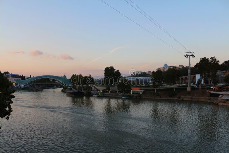 Puente de la paz en el río Mtkvari en Tbilisi, Georgia fotografía de archivo