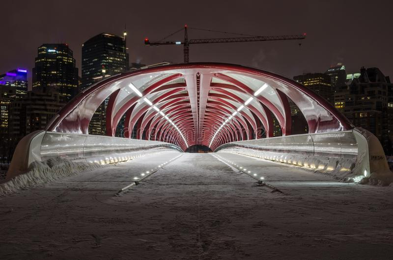 Puente de la paz y horizonte de Calgary en una noche del invierno fotografía de archivo libre de regalías