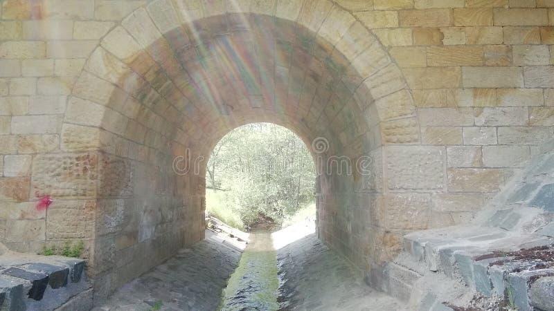 Puente de la piedra de la arena con poca cala en el sur República Federal de Alemania imágenes de archivo libres de regalías