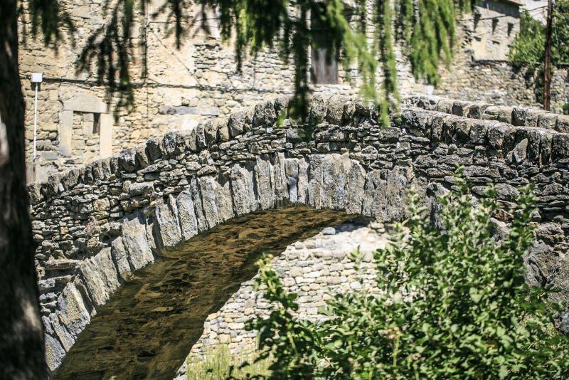 Puente de la piedra localizado en Montañana, Huesca fotografía de archivo libre de regalías