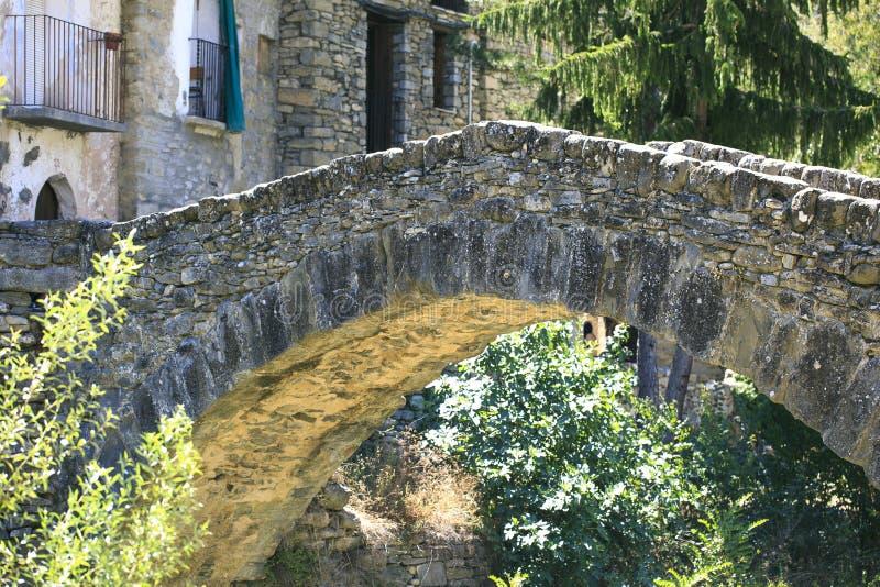 Puente de la piedra localizado en Montañana, Huesca imagen de archivo