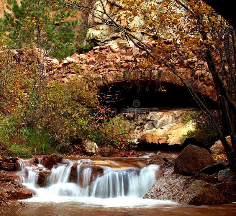 Puente de la roca del otoño fotografía de archivo