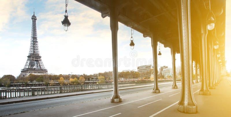 Puente de la torre Eiffel y del Bir Hakeim en París, Francia imagenes de archivo
