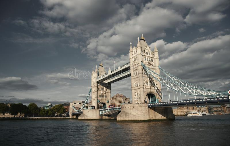 Puente de la torre en el r?o T?mesis con una mirada de la fotograf?a del vintage - Londres, Reino Unido - septiembre de 2013 fotografía de archivo