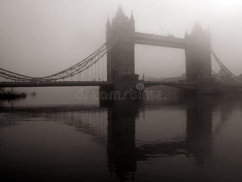 Puente de la torre en la niebla, Londres, Reino Unido imagenes de archivo