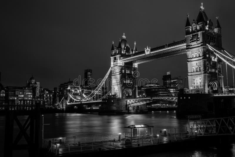 Puente de la torre en la noche imagen de archivo