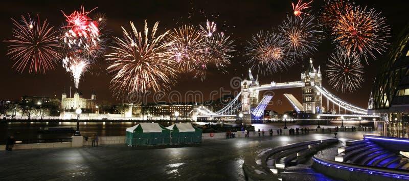 Puente de la torre en la noche, ` s Eve Fireworks del Año Nuevo sobre la torre Brid fotografía de archivo libre de regalías