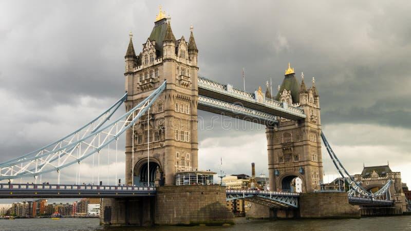 Puente de la torre en un día nublado imágenes de archivo libres de regalías