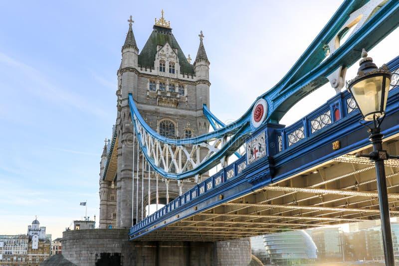 Puente de la torre fotografiado de debajo fotos de archivo