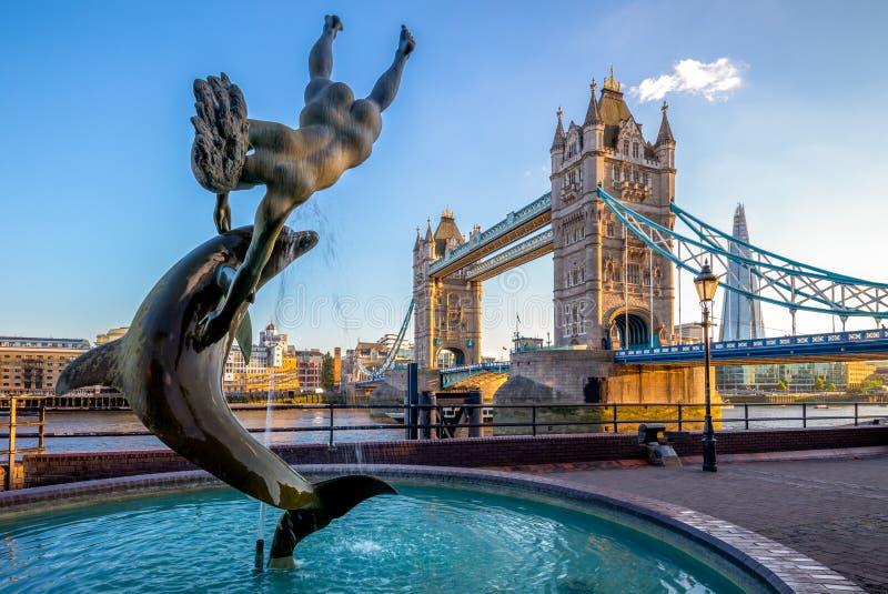 Puente de la torre por el río Támesis en Londres, Reino Unido fotografía de archivo