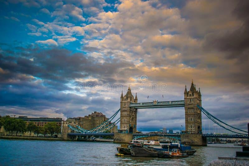 Puente de la torre, visión asombrosa imagenes de archivo