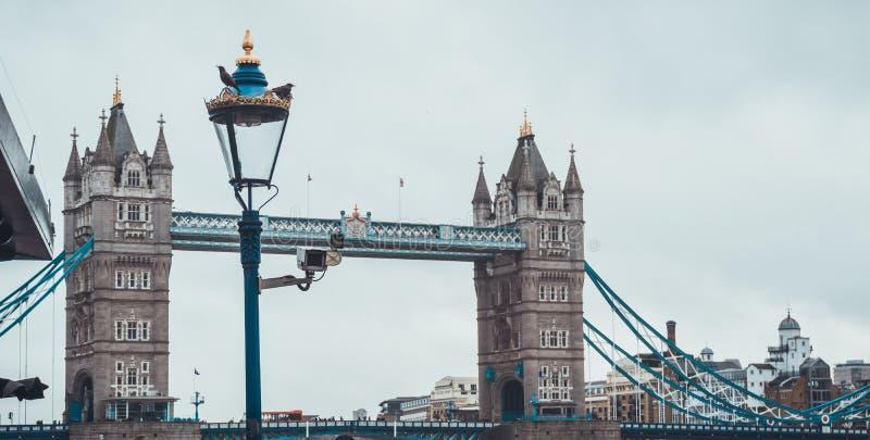 Puente de la torre y una farola victoriana vieja imágenes de archivo libres de regalías
