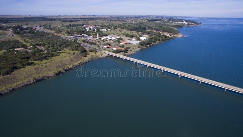 Puente de la visión aérea de la frontera de estado del grosso del mato con el st de Sao Paulo imagenes de archivo