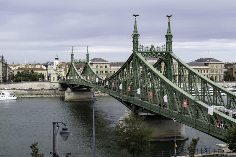 Puente de Liberty Szabadsag Hid reconocible con sus haces verdes que cruzan el río Danubio y el los dos bancos de Budapest imagenes de archivo