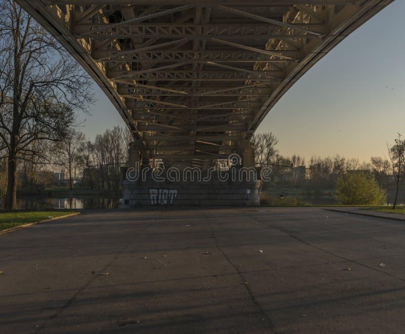 Puente de Litomerice con puesta del sol en otoño fotos de archivo