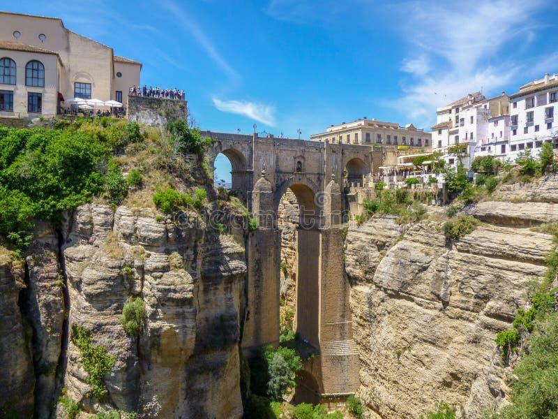 Puente de los acantilados y de Puente Nuevo en Ronda, uno de los pueblos famosos en Andaluc?a, Espa?a imagen de archivo