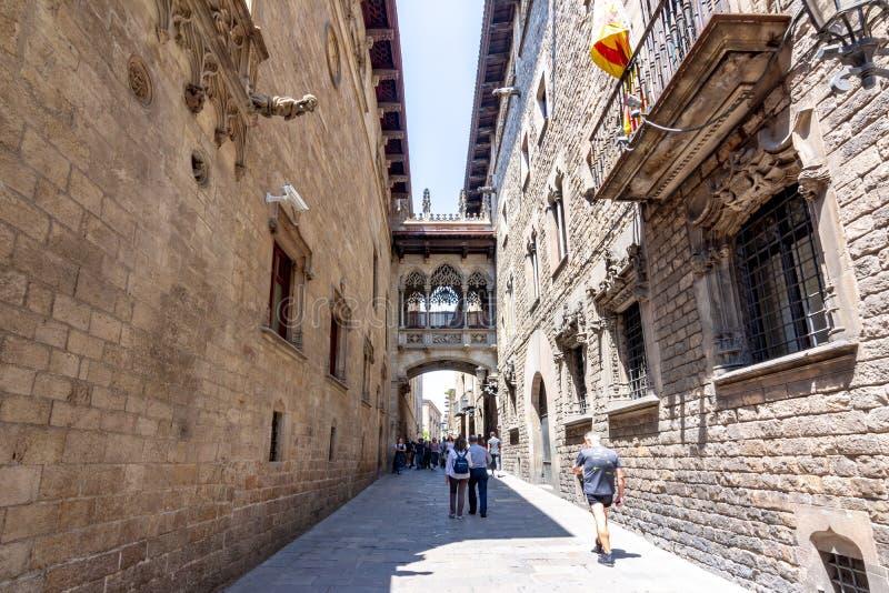Puente de los dels Sospirs de Pont de los suspiros en el cuarto gótico, Barcelona, España foto de archivo libre de regalías
