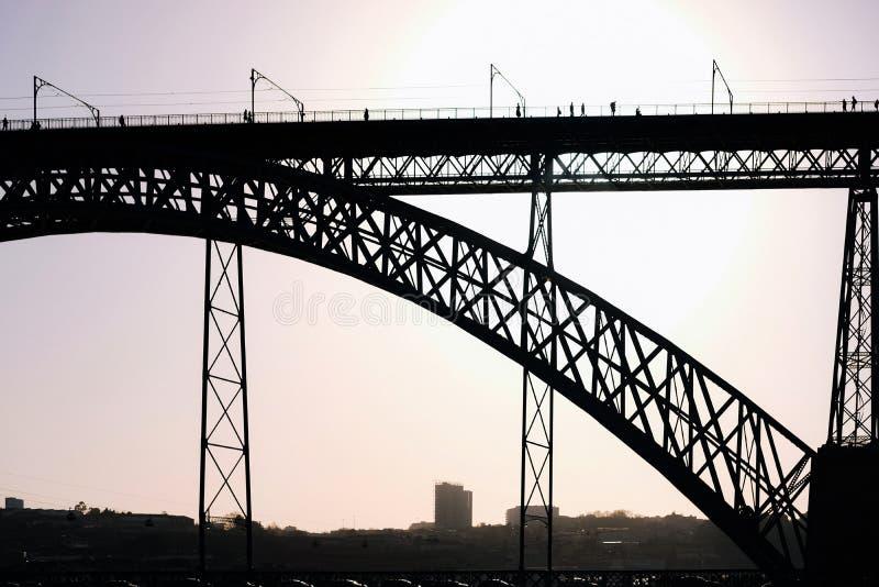 Puente de los Dom luis en la puesta del sol Oporto Portugal foto de archivo