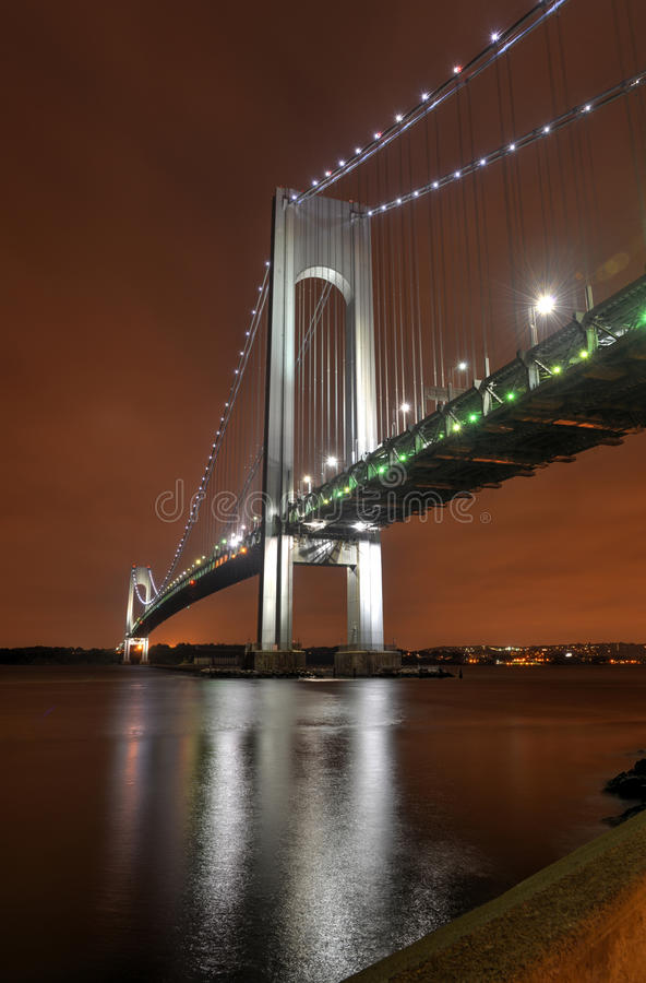 Puente de los estrechos de Verrazano en la noche foto de archivo libre de regalías