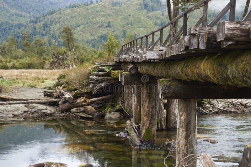 Puente de madera abandonado a lo largo del Carretera austral imagen de archivo libre de regalías